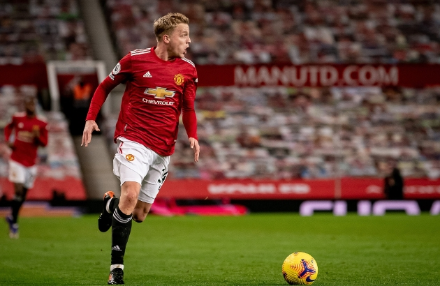 FLOP Manchester United players 'don't trust Donny van de Beek' says Mark Hughes who compares 'disappointing' £39million signing to Bruno Fernandes - Bóng Đá